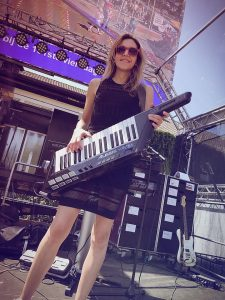 kim-houben-toetsenist-keytar-nijmeegse-vierdaagse